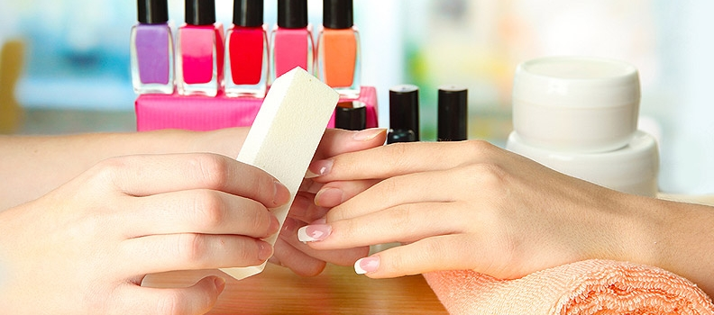 Soin des ongles et pose d'ongle, vernis semi-permanent, pose gel ongle et capsule d'ongle